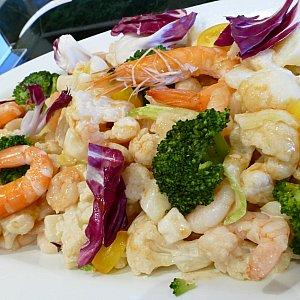 海老とセロリのサラダ 海老味噌ソース こちらもおすすめの一品! プリプリの海老にゴロゴロの野菜が 野菜不足の身体に染みるゥ〜!!!! 海老味噌のコクがあるけどあっさりとした味わいにハマります! 私のオススメです!