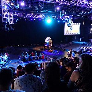 早めに並べばステージの近くに座れます。ステージ付近はVIPパス用の座席のようでした。