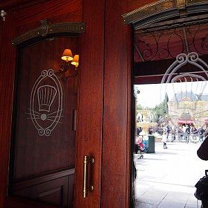 重厚な扉です。ドレスコードとか、ありそう(笑)