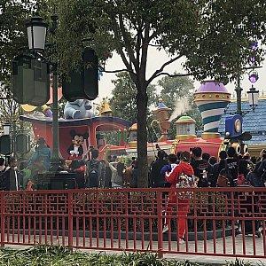 パレード来た!音楽も少し聞こえます♪