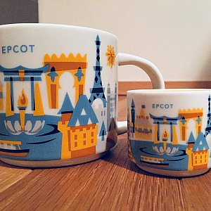 左側が通常のマグカップ(結構な大きさです)、右側がオーナメント。