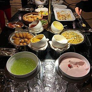 キッズコーナー。スープやパン、アメリカンドッグやたこ焼きグラタン、ペンネのカルボナーラ、パンナコッタやゼリーがありました。