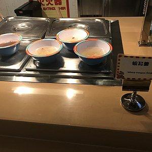 右側は甘い白木耳スープ、左側はおしるこです。