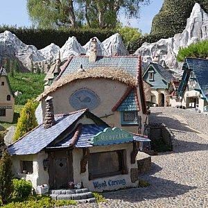 ピノキオのゼペットじいさんのお家です。窓辺には木彫りの人形が飾られていました。