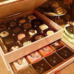 限定3000個! 可愛いスペシャルボックスに入った20種類のチョコレート! とにかくこのスペシャルボックスが可愛い! そしてチョコレートも可愛い!! 自分のご褒美に・・・💓ってか、誰かくれ(コラ)と言いたくなるスペシャルな一品!!! 5000円とスウィートラブシリーズで1番の高級品です✨ ああ・・・可愛い・・・(うっとり)💓