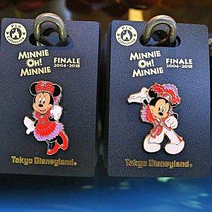 最後に登場する、赤いコスチュームを着たミニーちゃんとミッキーのピンバッジ