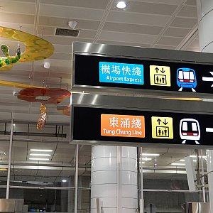 オレンジ色のTung Chung Lineに乗ります