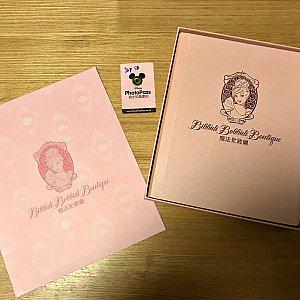 左)パッケージについてくる写真の台紙 中央)オプションのデータが入ったフォトパスカード 右)オプションの写真10枚で出来たアルバム