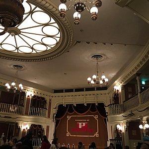 室内は円形の劇場で、古き良きアメリカ的な内装です。
