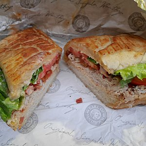 3位 THE EARL'S CLUB ターキー、ベーコン、スイスチーズ、レタス、トマト お肉は入ってますが、味が濃くなく食べやすい味です。
