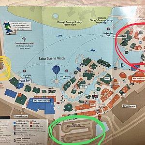 DSのマップです。 みどりがオフィシャルホテルからのバス乗り場 赤の辺りにディズニーショップがたくさんあります。 黄色がタクシー乗り場ですが私たちは左側のシルク・ド・ソレイユのそばの方に行きました。 そちら側にもディズニー関連のお店が少しありました。