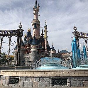 お城の右手側にステージがあります。