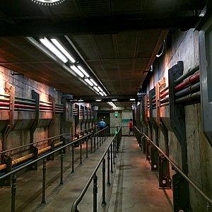 プレショーの直前です。地下通路の様な廊下。ここで15分くらい待たされました。プレショーの2日目だった為、故障も十分にあり得ます。ここまで来てもアトラクションに乗れる保証は無かったので、時間が永遠に感じました。