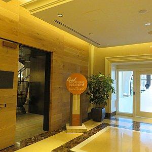 エレベーターを降りてすぐのところにレストラン入口があります。