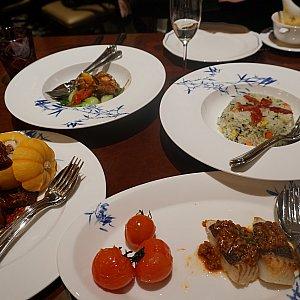 大皿で温かいメインディッシュ。魚の香味蒸し、豚肉の角煮、海鮮のオイスター炒め、中国腸詰めチャーハンでした。普通の中華ですが、なかなか美味しいです。 デザートはフルーツ盛り合わせでした。