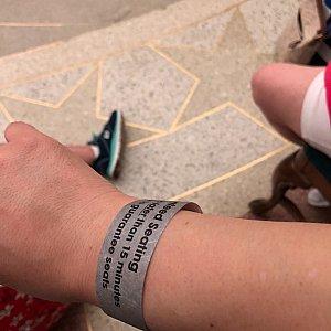 僕の行った時には、希望の時間のリストバンドを貰えました。希望の5:30のショーの40分前に行ってもまだ大丈夫でした。
