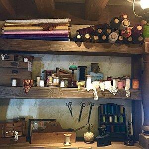 レジの壁沿いにはたくさんの布や洋裁道具が所狭しと並んでいます! ディズニー好きのベビーたちのためにまだまだたくさんのお洋服を作ってくれるんでしょうね♡