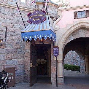 お城の裏手に入り口があります