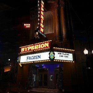 夜に公演はありませんが、前を通るとなかなか雰囲気があります😆✨