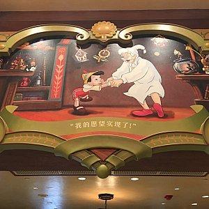 店内の壁面にはピノキオの物語の絵が飾ってあります。