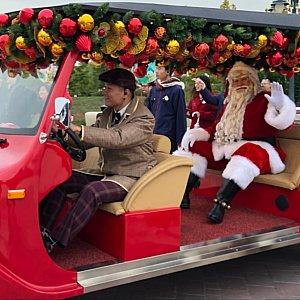 サンタさんも赤い車に乗って登場!