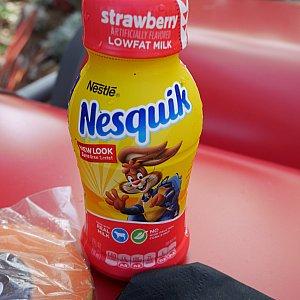 クッキーだけじゃ甘すぎると、イチゴミルクも買っておきました♪なかなかおいしい!
