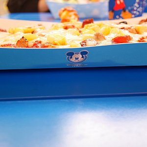 ピザのお皿にはミッキーマーク。グラタンは撮り忘れちゃいましたが、トイ・ストーリーお馴染みの☁の絵柄が書かれてました😆