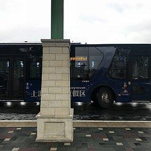 Blue busとホテルのキャストさんはおっしゃっていました。深い青のバスです。