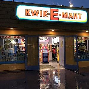 クイックEマートはおみやげ屋さんになっています。あの有名なピンクのドーナツも実際に売っていますよ!