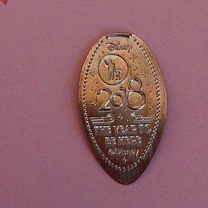 こちらはエンポリアムの入り口付近にあったイヤーメダル。パートナーズ像が素敵です。