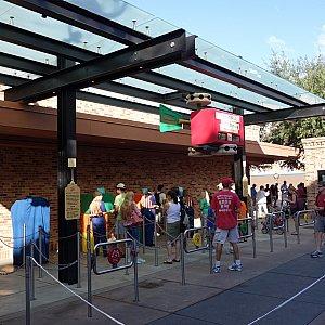 朝のファストパス発券所は大混雑に。