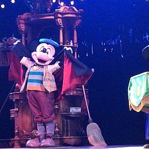 マジシャンになりきるミッキー