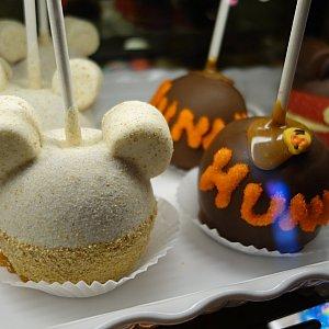 アトラクション出口と連結しているお土産屋さんはプーさん一色!キャラメルと砂糖でコーティングされたリンゴのお菓子もプーさん仕様です。