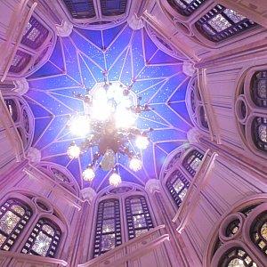 お城の中から吹き抜けの天井。
