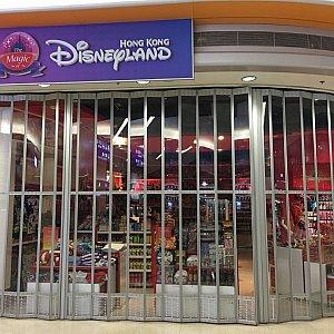 空港でディズニーのショップを見つけるもすでに閉店していました。