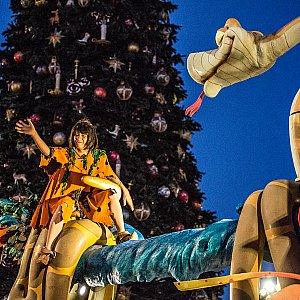 クリスマスツリーをバックに観れるのはこの季節ならではですね