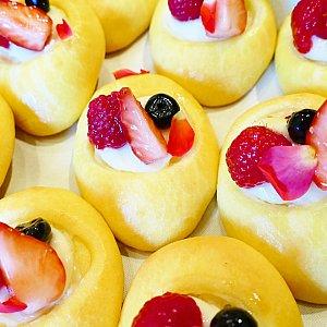 超超超可愛かったミックスベリーパン! ミニーちゃんの黄色いお靴をイメージして中にはベリーをトッピング! ほんのり甘いパンです💓 花びらの装飾がめちゃくちゃ可愛い!