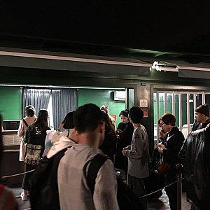 20時半過ぎには荷物を受取る人が列をなしていました。