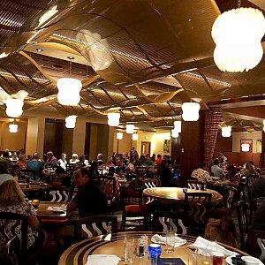 レストランのダイニングエリア。大きなオープンエリアで、結構騒音がうるさいです。
