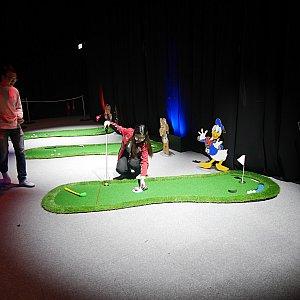 【ゴルフのパター】30ドル 3球中2回パターを入れるとステラルーのオリジナルピンがもらえます。