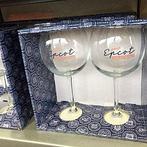 品の良い箱入りのワイングラスセットもあります。$26.99