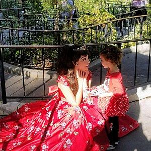 エレナは小さいプリンセスに大人気でした。