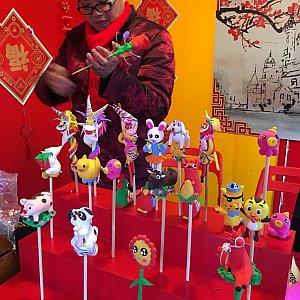 これもまた中国伝統工芸の粘土細工。無料で製作を習うことができます。販売もしていました。