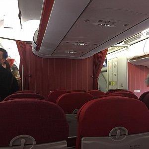 機内は赤色で統一されていて朝っぱらの寝不足の自分には目が痛いです😅