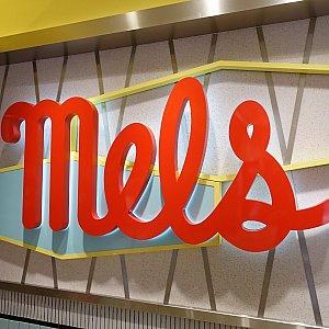 記念撮影に良さそうなメルズの巨大ロゴ