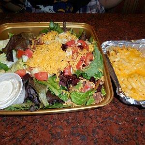 以前食べたサラダとマカロニチーズ! サラダはそんなに美味しくなかったですが、マカロニチーズは美味しかったです😋🍴💕ただサンドイッチがかなりボリュームがあるので、注文には注意が必要かも😣