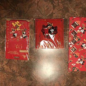 左 Phon Card Sticker 55元 真中 ピンバッジ 新春ミニー 59元 右 お年玉(中身はディズニータウンのショップの割引券)
