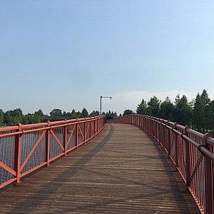 西門を入ると象徴的な赤色のブリッジが。