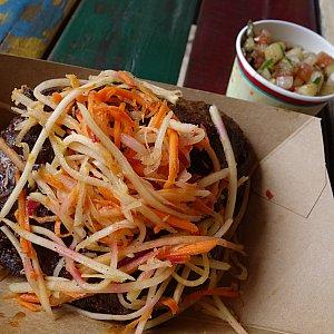 3軒目:Spice-rubbed KARUBI RIBS with Green Papaya-Carrot Slaw and a Chickpea,Cucumber,and TomatoSalad