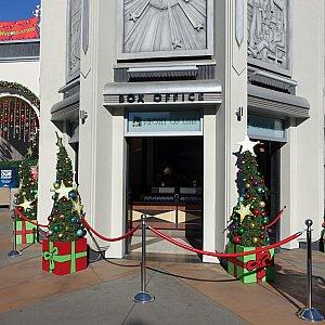 エントランスから真っ直ぐ進んだ場所にある「Universal Box Office」でアップグレードできます。